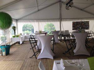 tafels met witte hoes